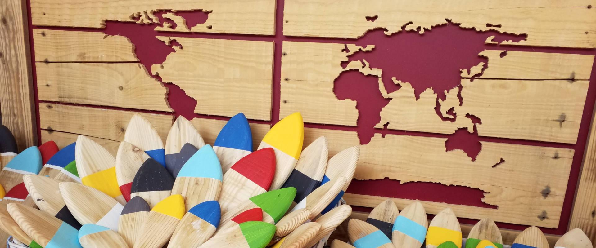 poissons en bois et carte du monde